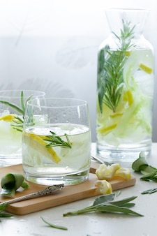 Rinfrescante bevanda ghiacciata con limone e rosmarino fresco