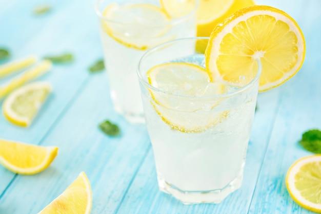 Rinfrescanti bevande a base di succo di limonata fredda per l'estate