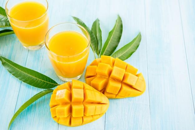 Rinfrescanti bevande fredde di succo di mango per l'estate