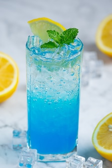 Rinfrescati con blue hawaiian soda.