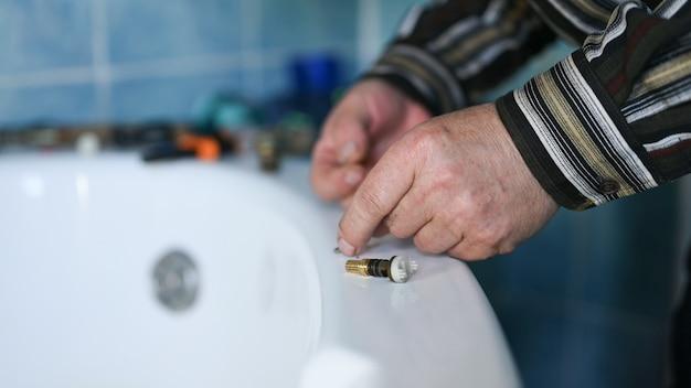 Ripara il rubinetto a casa quando gocciola