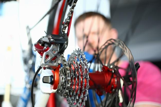 Riparatore che installa l'ingranaggio del velocipede