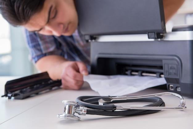 Riparatore che ripara la stampante a colori rotta