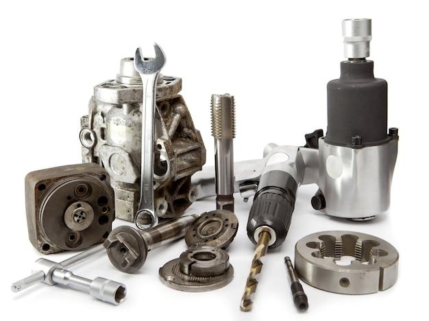 Riparazione auto - dettagli della pompa di alta pressione e chiave ad aria compressa
