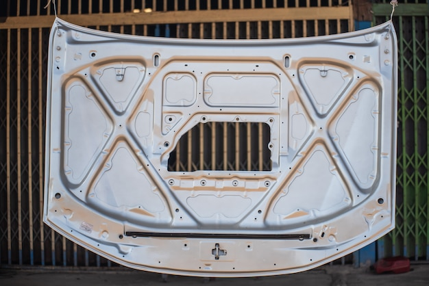Riparazione del cofano dell'automobile dopo un incidente.
