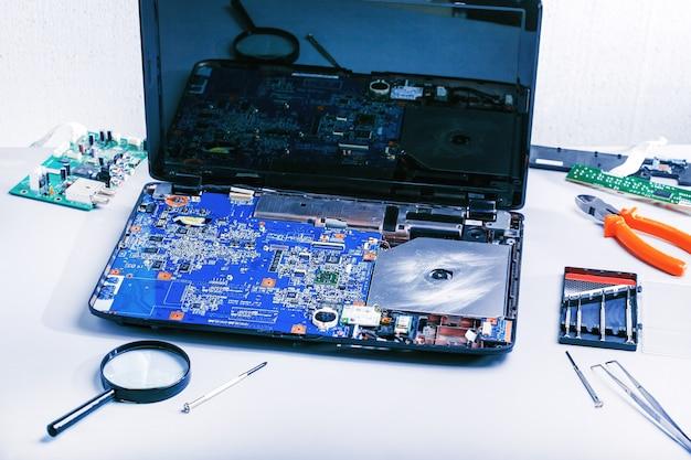 Riparazione del laptop. luogo di lavoro per il computer di riparazione.
