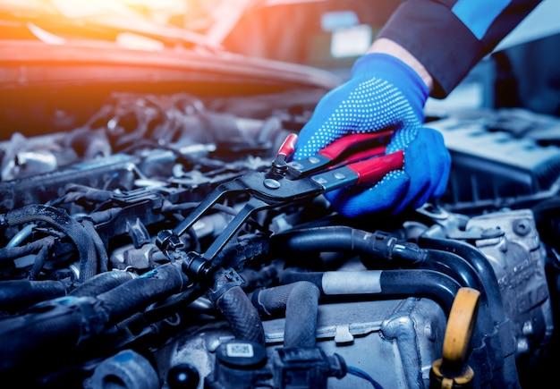 Riparazione del motore alla stazione di servizio. riparazione auto.