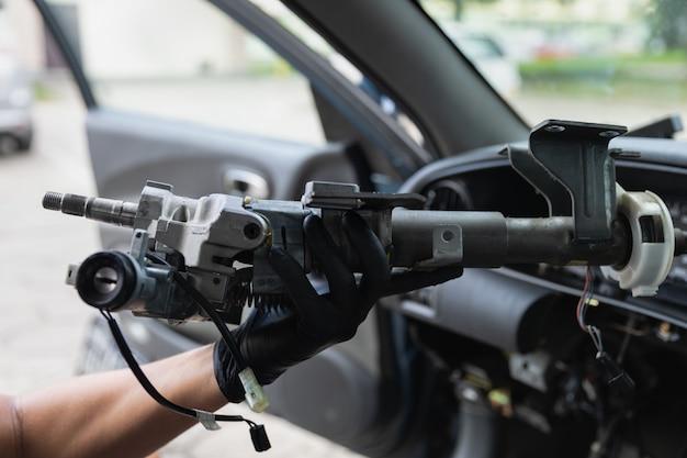 Riparazione del volante dell'automobile del primo piano dopo l'incidente
