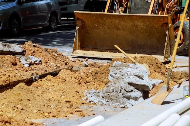 Riparazione della linea ferroviaria -escavatori sulla ricostruzione della riparazione delle strade