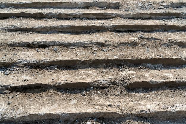 Riparazione di vecchie scale di cemento.