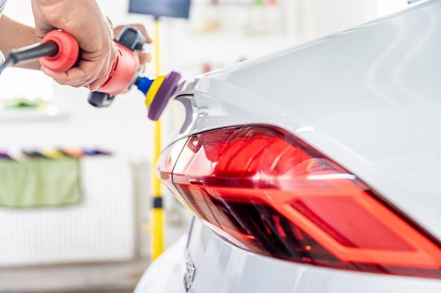 Riparazione e manutenzione della carrozzeria mediante lucidatura. applicazione di uno speciale preparato ceramico per protezione e brillantezza