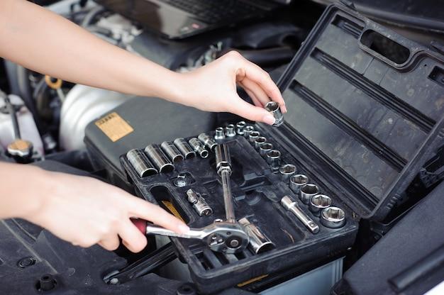 Riparazione professionale del meccanico e dell'uomo automatici della donna.