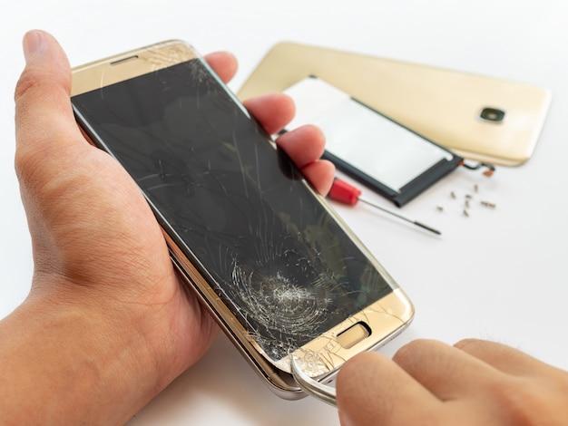 Ripari lo smartphone rotto su fondo bianco