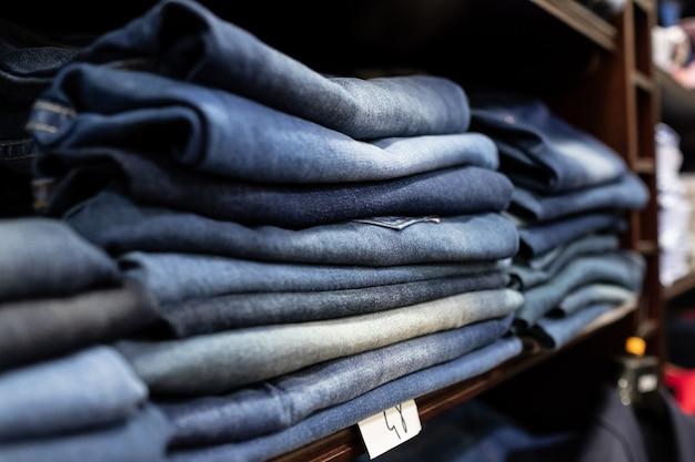 Ripiani di blue jeans piegati e ben presentati