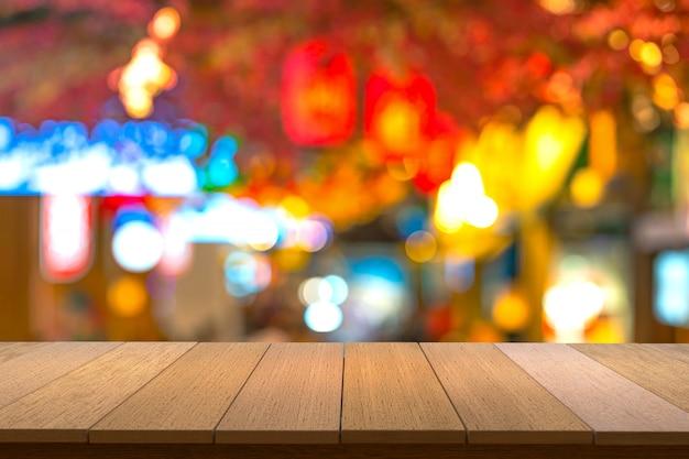 Ripiani in legno con vista sullo sfondo sfocato.puoi utilizzare i prodotti display. copyspace.