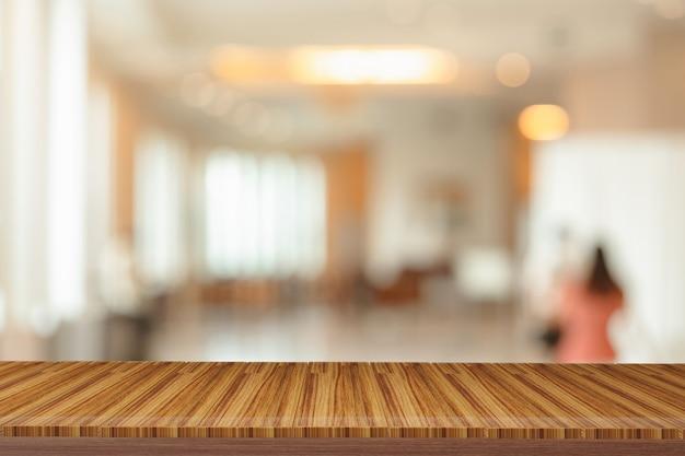 Ripiani in legno con vista sullo sfondo sfocato.puoi utilizzare i prodotti display.