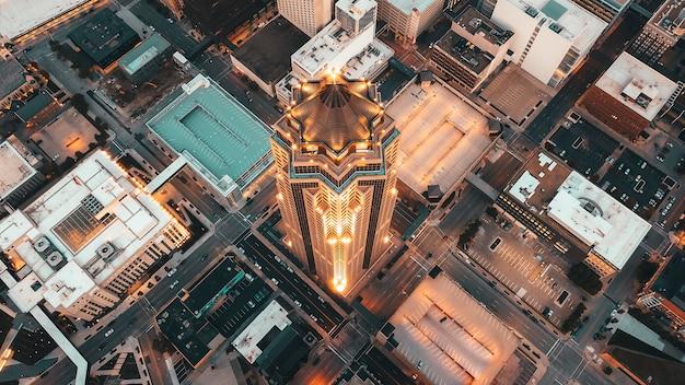 Ripresa aerea aerea di architettura moderna con grattacieli e altri edifici commerciali