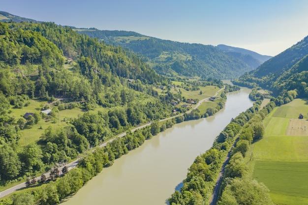 Ripresa aerea del fiume drava in una giornata di sole in slovenia