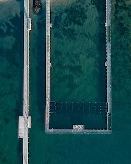Ripresa aerea del mare e una piscina di mare sulla costa