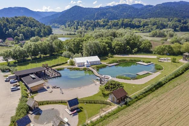 Ripresa aerea del resort verde e parco acquatico vicino al fiume drava in slovenia