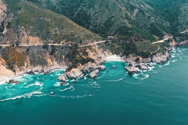 Ripresa aerea della bellissima costa rocciosa del mare in una giornata di sole