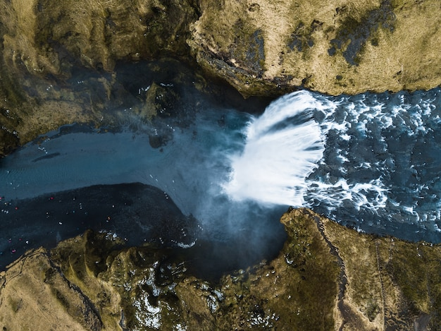Ripresa aerea della cascata alta e suggestiva di haifoss che scorre in islanda
