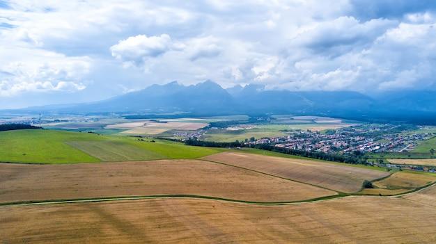 Ripresa aerea di campi di grano dopo la raccolta