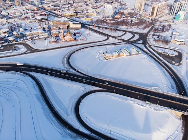 Ripresa aerea di ponte e auto guida sul ponte