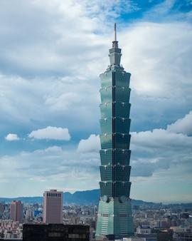 Ripresa aerea di un grattacielo alto sotto il bel cielo nuvoloso