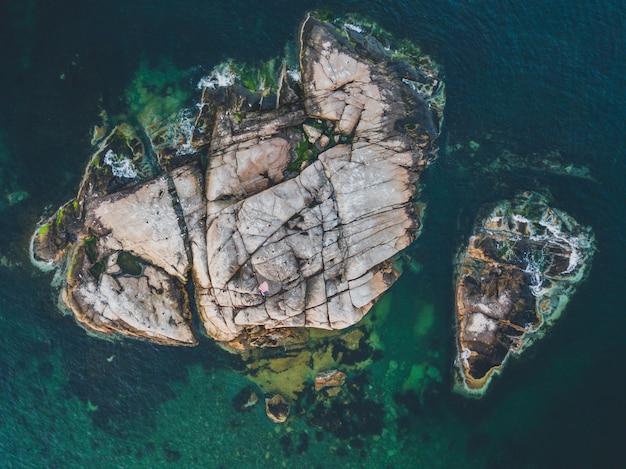 Ripresa aerea di un'isola rocciosa in un oceano