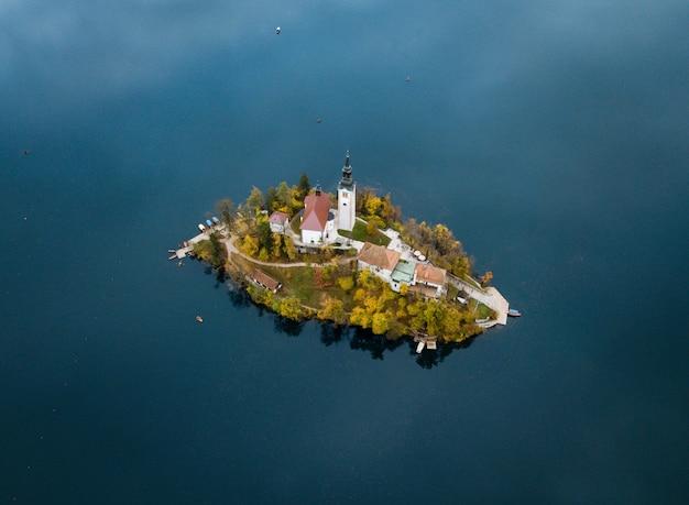 Ripresa aerea di una piccola isola con case in mezzo all'oceano