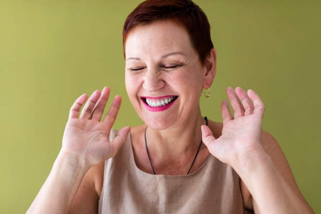 Risata felice della donna del primo piano