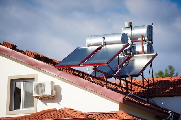 Riscaldatori solari sul tetto della casa