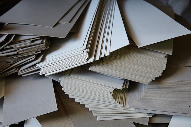 Risma di carta cartone animato dalla ghigliottina di taglio