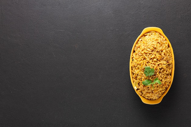 Riso al curry. cottura tailandese dell'ingrediente. copia spazio