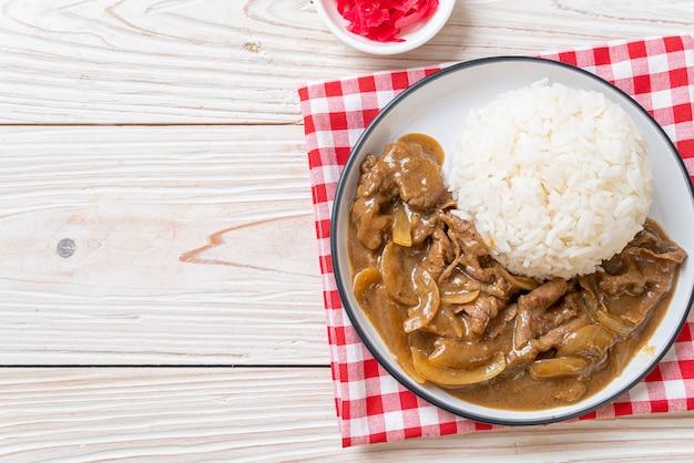 Riso al curry di manzo affettato, stile giapponese