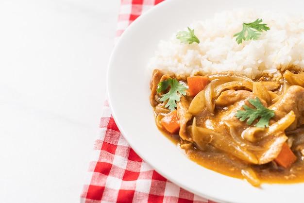 Riso al curry giapponese con carne di maiale affettata, carota e cipolle