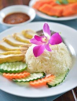 Riso al pollo hainanese, pollo al vapore gourmet tailandese con riso