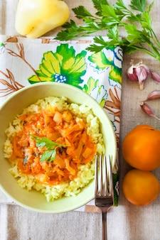 Riso al vapore con verdure in umido e curcuma