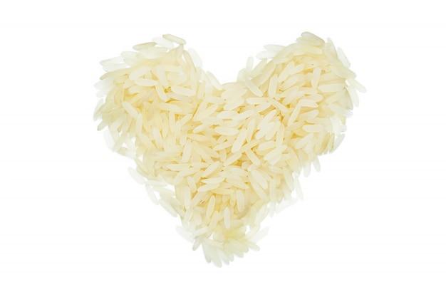 Riso bianco al vapore, a forma di cuore, da vicino, isolato.