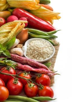 Riso bianco in ciotola e verdure crude fresche