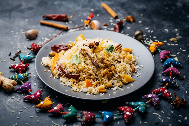 Riso biryani (biryani di verdure). riso basmati indiano, verdure al curry e spezie. cucina indiana