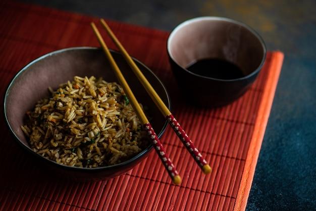 Riso cinese tradizionale su calcestruzzo