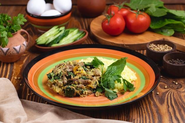 Riso con la vista laterale di verdure delle spezie del pomodoro delle uova degli spinaci della carne