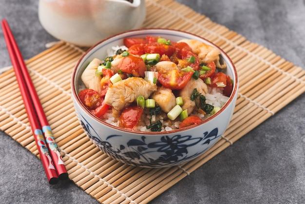 Riso con salsa di pomodoro pollo alimento cinese