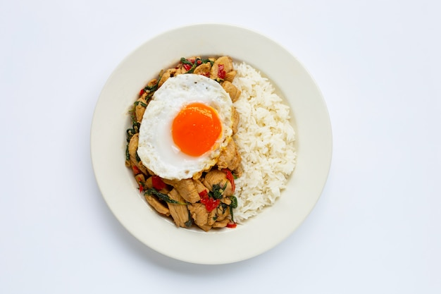 Riso condito con pollo saltato in padella e basilico santo, uovo fritto