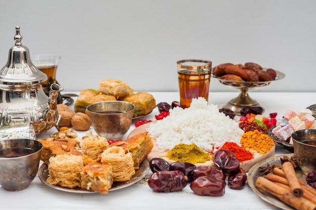 Riso cotto con spezie e dolci orientali