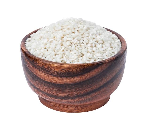 Riso del risotto in ciotola di legno isolata su bianco