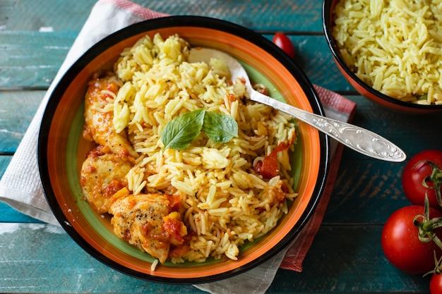 Riso delizioso con la ricetta indiana del pollo