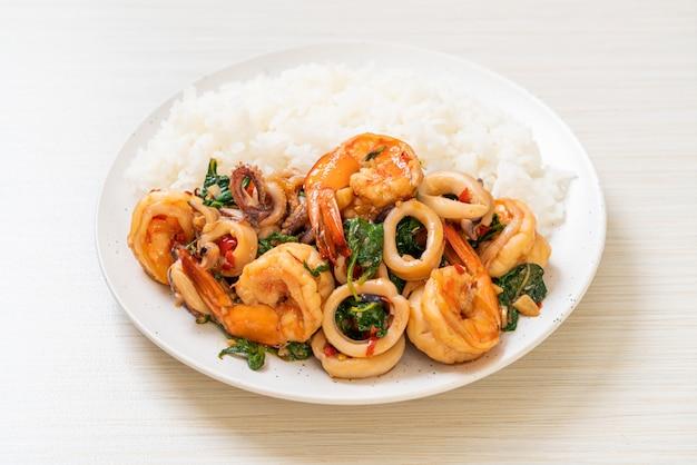 Riso e frutti di mare saltati in padella con basilico thailandese